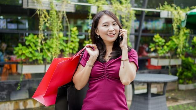 그녀의 친구를 호출 쇼핑몰에서 아시아 여자 쇼핑 패션