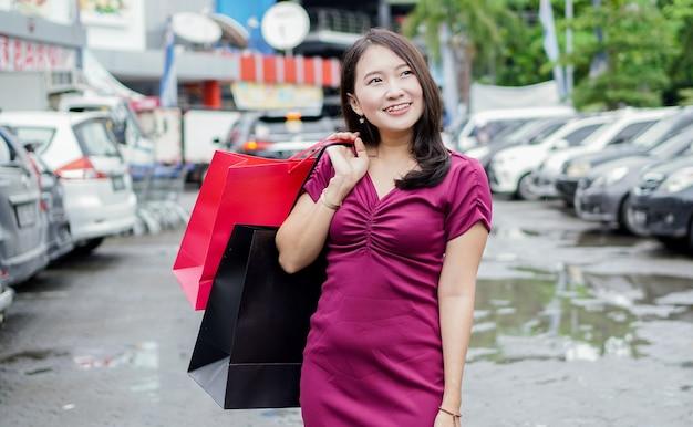 モールでファッションを買い物するアジアの女性