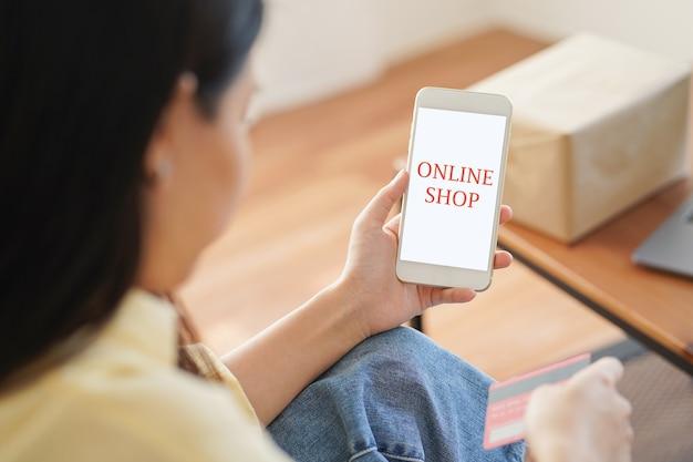 アジアの女性がスマートフォンでオンラインショッピング