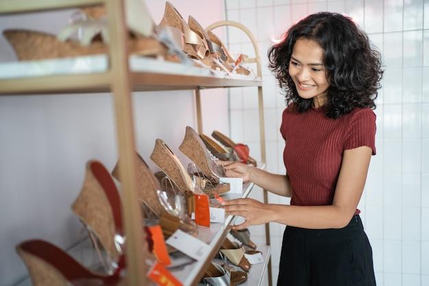 Азиатская женщина, покупки обуви в бутике