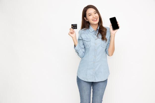 アジアの女性の表示と白い背景で隔離手持ちのクレジットカード