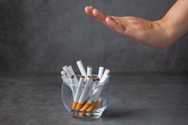 손을 보여주는 아시아 여자 담배를 중지합니다. 세계 담배 하루 개념입니다.