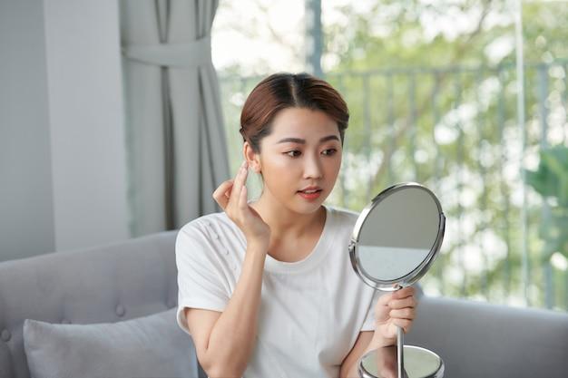거울 앞에서 화장을 앉아 아시아 여자