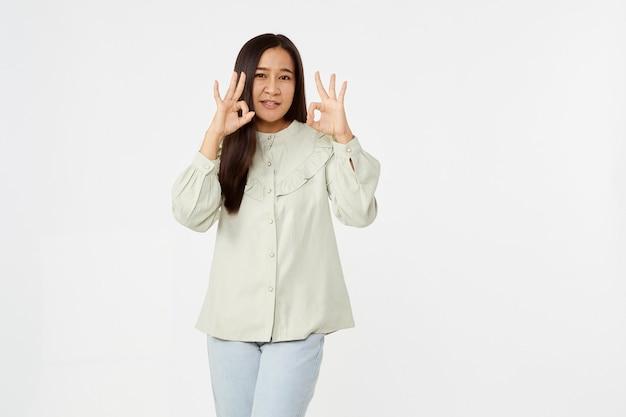アジアの女性の笑顔は何かを示しています