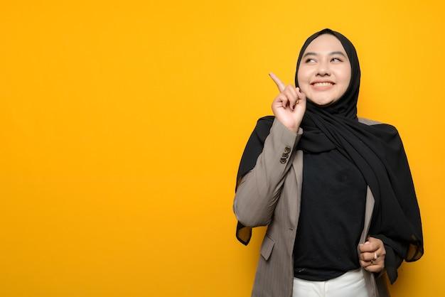 アジアの女性の笑顔と上向き