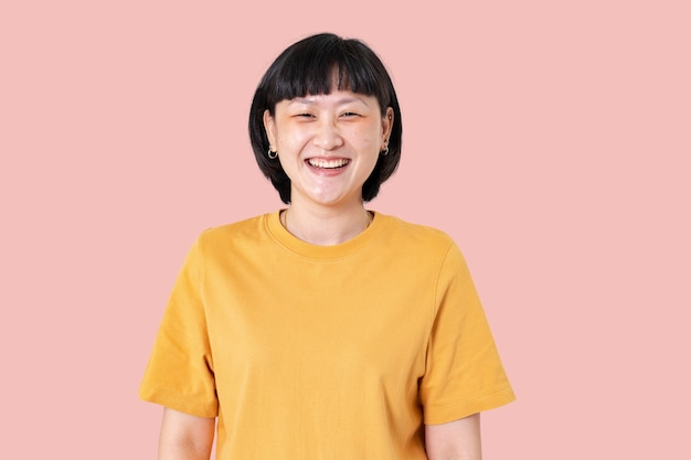 陽気な表情のクローズアップポートレートを笑っているアジアの女性