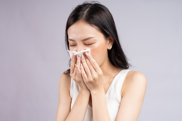 그녀는 감기에 걸렸을 때 아시아 여자 재채기