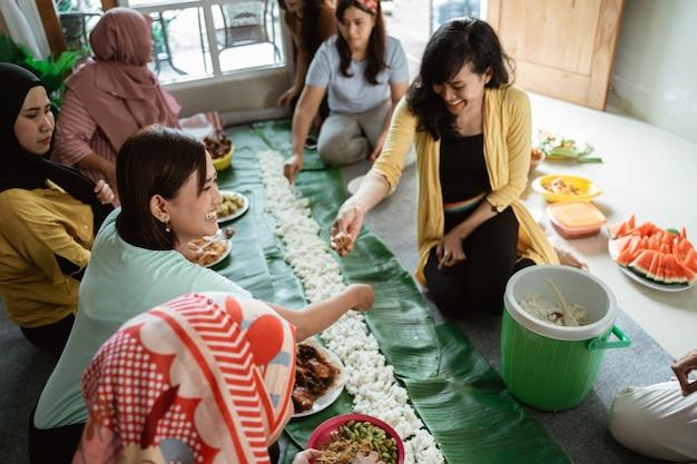 アジアの女性の懇親会で自宅で昼食