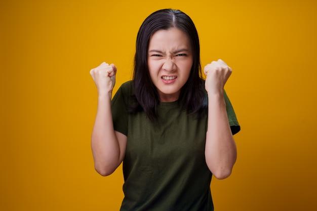 아시아 여자 서 고 화가 노란색 벽 위에 절연.