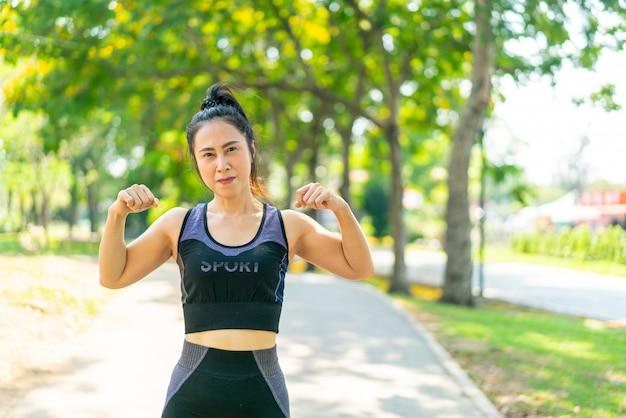 Азиатская женщина, растяжения в парке