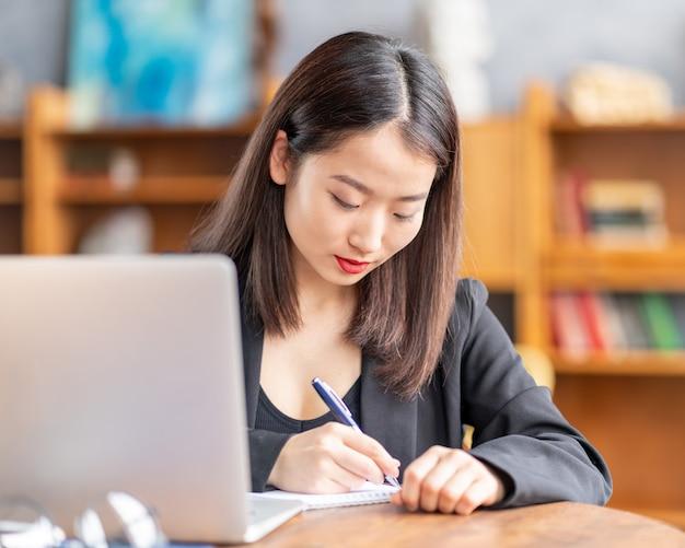 Азиатская женщина изучает онлайн-курс, дистанционное обучение на ноутбуке. японский бизнесвумен