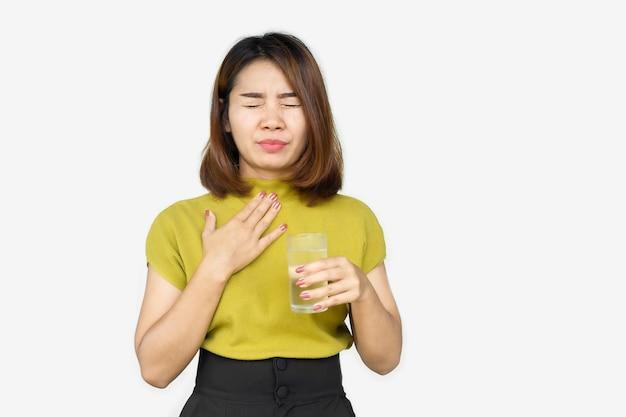 冷たい水を飲む喉の痛みに苦しんでいるアジアの女性