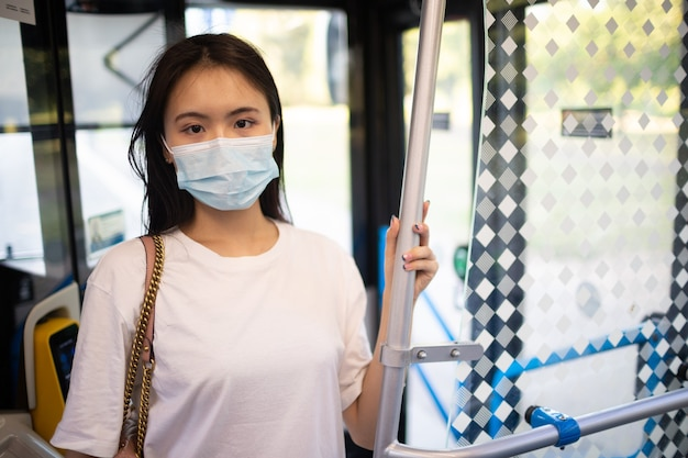 아시아 여성은 대중 교통 버스나 트램을 타세요.