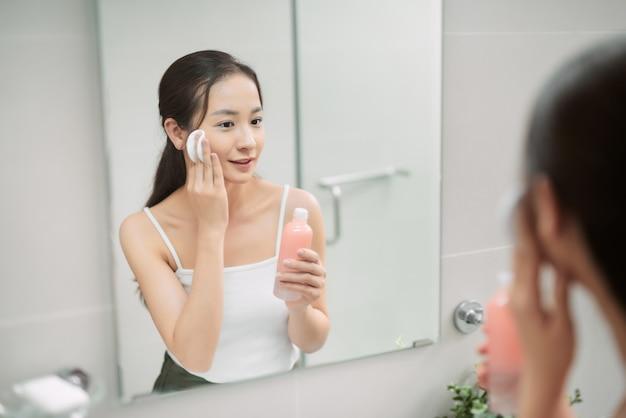 彼女の肌の世話をするアジアの女性