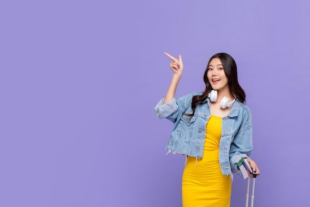 공간을 복사 손을 가리키는 아시아 여자 관광