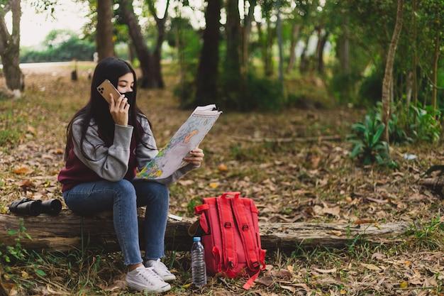 얼굴 마스크를 착용하는 아시아 여자 관광. 코로나 바이러스 독감 바이러스 여행 컨셉