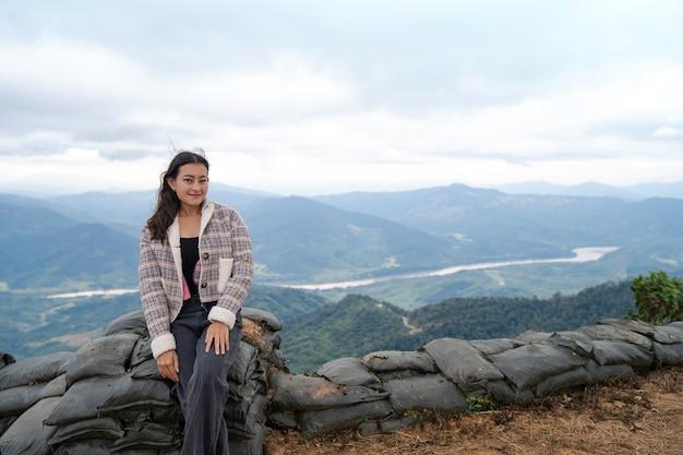 104 phatangで雲の空と霧の中でコン川と山の景色を望むアジアの女性観光客