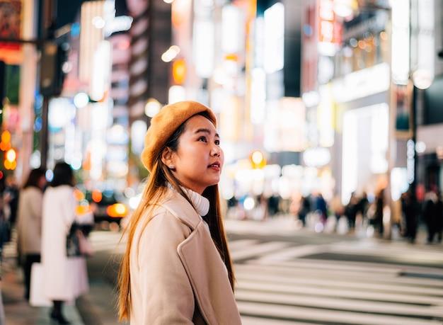 Азиатская женщина путешествие в японию