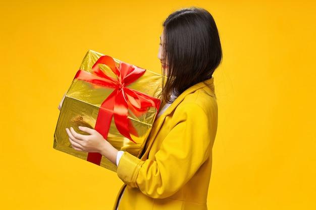 아시아 여자는 그녀의 손, 휴가, 스튜디오에서 가방으로 여행