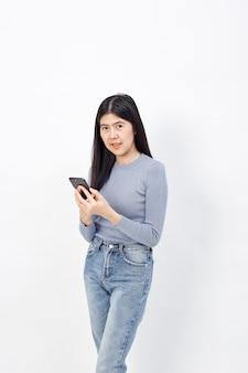 アジアの女性の携帯電話の使用