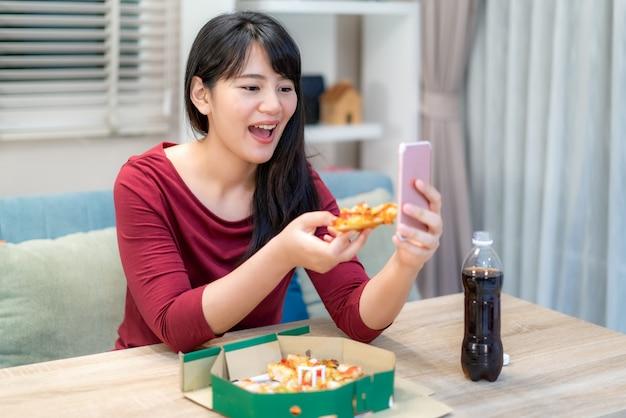 Азиатская женщина виртуальный счастливый час встречает ужин и вместе ест пиццу онлайн