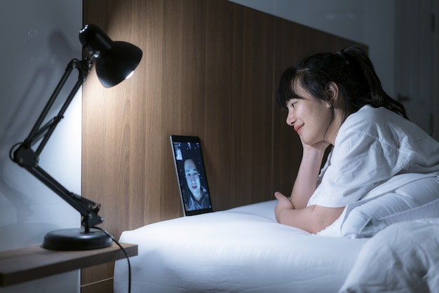 ビデオ会議で彼女のボーイフレンドと一緒にオンラインで会うアジアの女性仮想ハッピーアワー