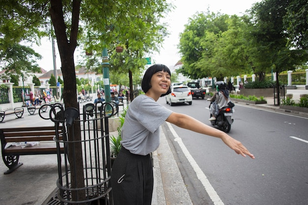 대중 교통을 위해 밖에서 기다리는 아시아 여성