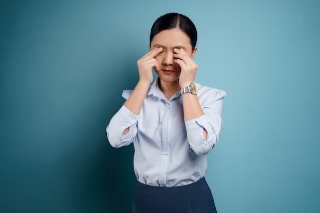 Азиатская женщина болела с болью в глазах, раздражала зуд в глазах, изолировалась.