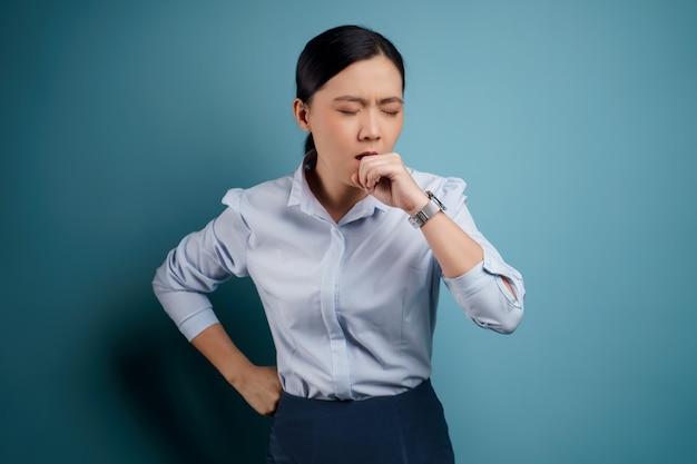 アジアの女性は、青に孤立した熱で病気でした。
