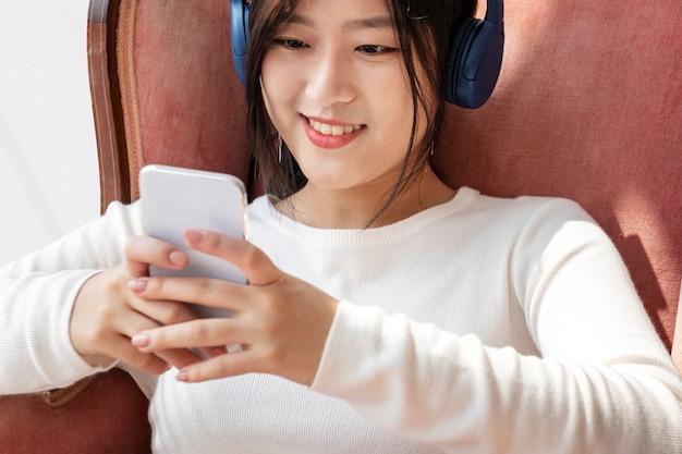전화에서 비디오 클립을보고 아시아 여자