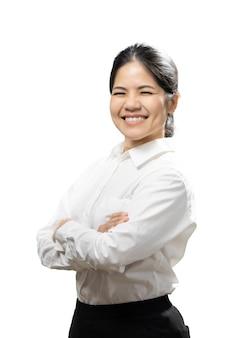 アジアの女性は白い背景で隔離の白いシャツの腕を交差させます