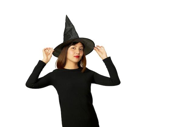 アジアの女性はハロウィーンパーティーの魔女を着用します。