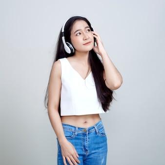 アクティブなダンスのヘッドフォンを着ているアジアの女性