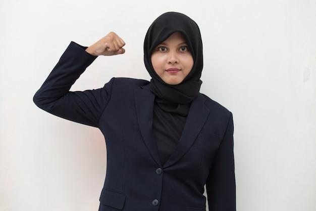 Hijab를 입고 아시아 여자는 큰 성공의 힘 에너지와 긍정적 인 감정을 표현하는 승리를 축하하고 기쁘게 새로운 직업을 축하합니다.