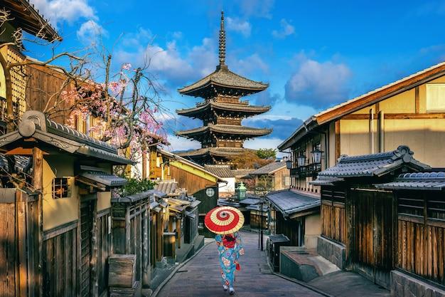 Donna asiatica che indossa il kimono tradizionale giapponese a yasaka pagoda e sannen zaka street a kyoto, in giappone.