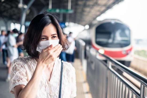 아시아 여자 확산 마스크 코로나 바이러스 아시아 확산 방지.