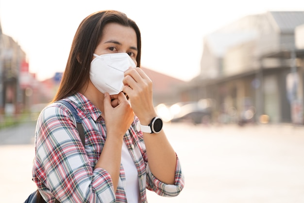 汚染pm2.5とウイルスを保護するためにn95フェイスマスクを着用しているアジアの女性。 covid-19コロナウイルスと大気汚染pm2.5ヘルスケアと医療の概念。