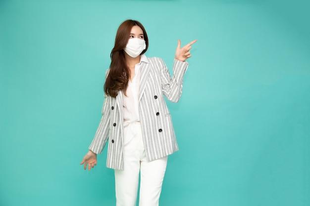 보호 의료 마스크를 착용하는 아시아 여자