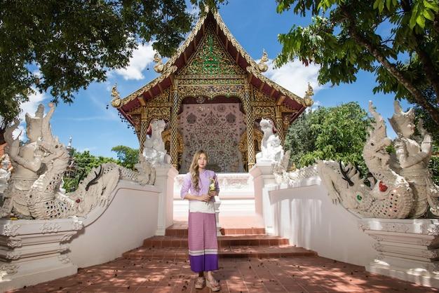 アジアの女性の伝統的なタイ文化のランナースタイル、ビンテージスタイル、chaingmaiタイを着て