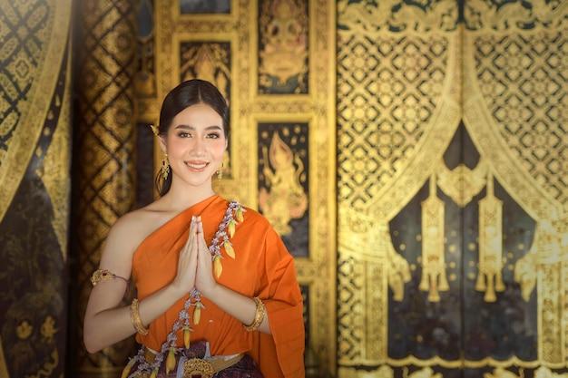 Азиатская женщина в традиционной тайской культуре, винтажном стиле, культуре таиланда, традиционном костюме таиланда, винтаж таиланда, женщина таиланда, платье таиланда, таиланд