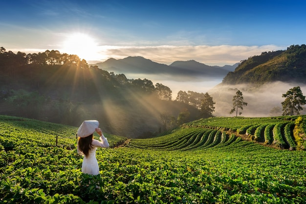 Doi ang khang, 치앙마이, 태국에 딸기 정원에서 전통 베트남 문화를 입고 아시아 여자.