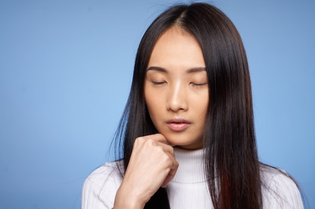 目を閉じてアジアの女性の長い髪のクローズアップ