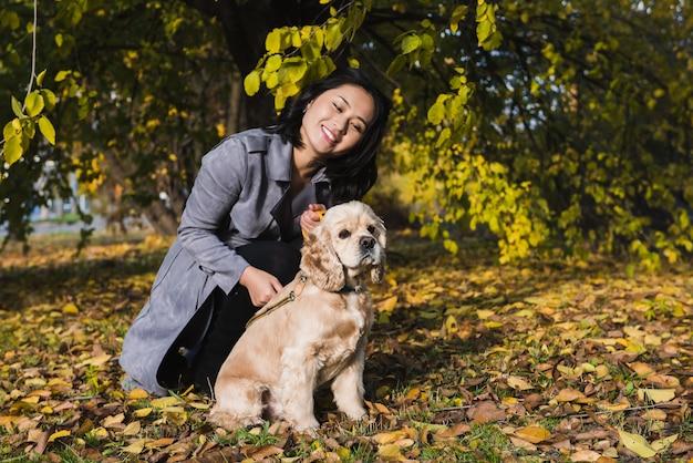 Азиатская женщина с собакой в парке
