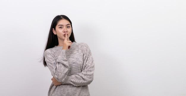 口に指を持つアジアの女性