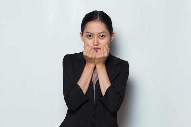 Азиатская женщина в официальном наряде позирует шокирующему и удивительному действу