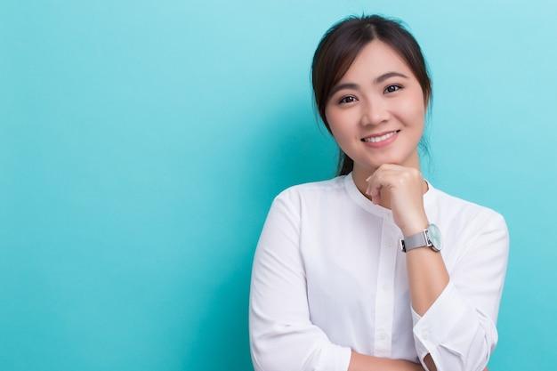 彼女の時計を持つアジアの女性