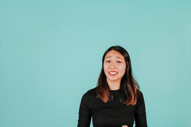 불안한 미소로 아시아 여자