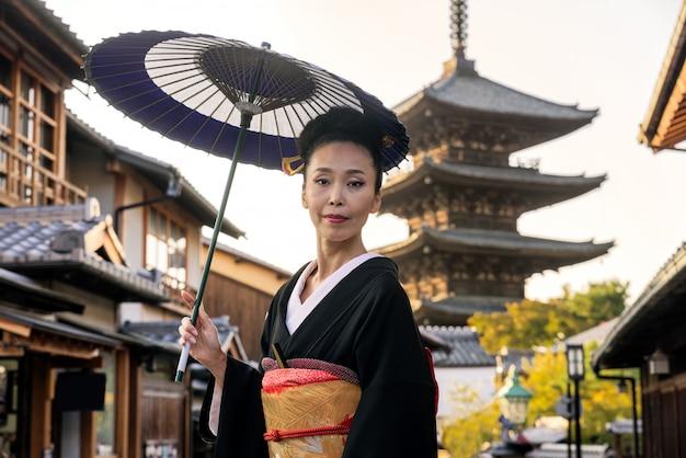 Азиатская женщина с кимоно, ходить на пагоде ясака в киото