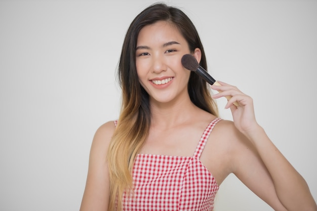 Азиатская женщина с макияжем кисти