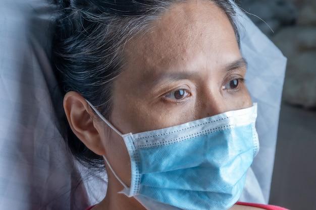 マスクの心配と緊張感染covid-19ウイルスを持つアジアの女性。